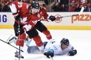 Logan Couture, de l'équipe canadienne, tente de garder... (La Presse Canadienne) - image 2.0