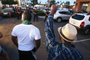 Des manifestants font face aux forces de l'ordre... (photo Hayne Palmour IV, The San Diego Union-Tribune/AP) - image 3.0