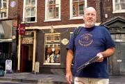 Le guide Aidan McManus devant le 6 Denmark... (La Presse, Jean-Christophe Laurence) - image 2.0