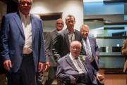 Guy Carbonneau poussait le fauteuil roulant de Jacques... (Photo Olivier Jean, La Presse) - image 2.0