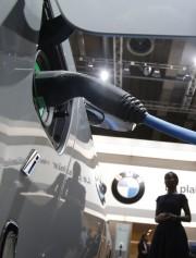 Une BMW 225xe branchée à une borne, au... - image 9.0