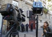 Des membres des médias et de la police... (AP) - image 1.0