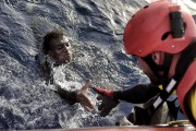 L'un des nombreux migrantssecourus à 30 milles nautiques... (AFP, Aris Messinis) - image 3.0
