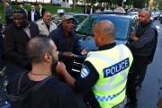Des chauffeurs de taxi discutent avec un policier.... (PHOTO PATRICK SANFAÇON, LA PRESSE) - image 1.0