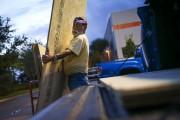 Un homme charge dans son véhicule des panneaux... (AP, Will Vragovic) - image 3.0