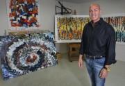 Éric Dupont pose devant ses propres toiles qu'il... (Le Soleil, Patrice Laroche) - image 2.0