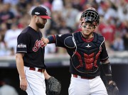 Corey Kluber reçoit les félicitations de son receveur,... (Aaron Josefczyk, Associated Press) - image 3.0