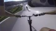 Deux cyclistes dans la mi-vingtaine de Sherbrooke se... - image 1.0