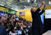 Hillary Clinton prend un «selfie» avec ses supporters... (PHOTO AFP) - image 4.0