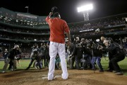 David Ortiz salue la foule de Boston une... (Charles Krupa, Associated Press) - image 1.0