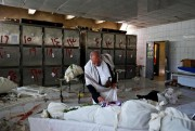Un employé d'une morgue de Sanaa, au Yémen,... (Photo Khaled Abdullah, Reuters) - image 1.0