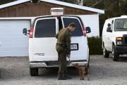Les agents s'affairaient à récolter des indices aux... (Photo Le Quotidien, Rocket Lavoie) - image 2.1