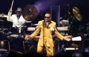 Morris Day, habillé d'un costume orange devant une... (AP, Jim Mone) - image 2.0