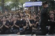 Des Thaïlandaises pleurent le roi Bhumibol Adulyadej, mort... (AP, Sakchai Lalit) - image 9.0