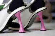 Des escarpins appelés «Chewing Gum» inspirés par une... (PHOTO THOMAS COEX, AFP) - image 1.1