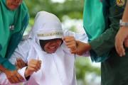 Une jeune femme a pleuré de douleur en... (Photo Chaideer Mahyuddin, Agence France-Presse) - image 1.0
