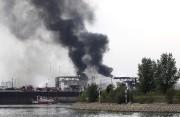 Une longue colonne de fumée s'élevait de l'usine... (AFP, Daniel Roland) - image 2.0