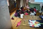 Un professeur gratte la guitare pour les petits... (AFP, Louisa Gouliamaki) - image 2.0