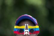 Une femme porte des lunettes à l'effigie du... (photo Ariana Cubillos, archives AP) - image 2.0