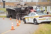 Un camion s'est renversé dans une des bretelles... (Spectre Média, Marie-Lou Béland) - image 1.0