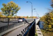 Le pont Jacques-Bizard est la seule voie d'accès... (Photo Alain Roberge, La Presse) - image 1.1