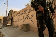 Un membre des forces spéciales irakiennes se tient... (PHOTO ZOHRA BENSEMRA, REUTERS) - image 3.0