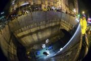Manoeuvré à main d'hommes, le bateau nettoie les... (AFP, Joël Saget) - image 2.0