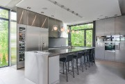 Armoires en laque italienne, frigo-cellier en inox, vastes... (Photo fournie par Re/Max) - image 3.0