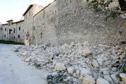 Une partie d'un mur s'est effondrée à la... (PHOTO REMO CASILLI, REUTERS) - image 3.0
