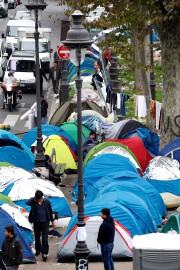 Des tentes ont été érigées près des stations... (REUTERS) - image 2.0