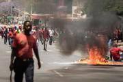 Des poubelles ont été mises en feu lors... (photo GIANLUIGI GUERCIA, AFP) - image 1.0