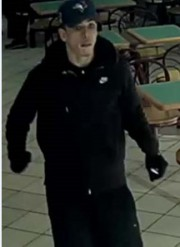 Âgé d'environ 28 ans, le suspect mesure 5... (Service de police de la Ville de Québec) - image 2.0
