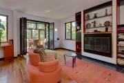 Dans la grande pièce du salon, un foyer... (Photo fournie par le courtier) - image 3.0