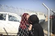 Une femme embrasse une membre de sa famille... (AFP) - image 3.0