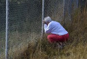 Une femme prie près de l'endroit où une... (AP) - image 1.0