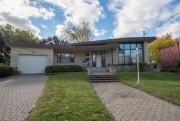 De l'extérieur, la maison possède l'architecture typique des... (Photo tirée de Centris) - image 3.0