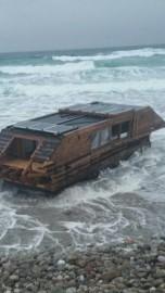 L'embarcation, un assemblage de bois et de goudron... (Photo tirée de Facebook) - image 1.1