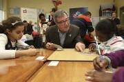 Le maire Watson discute avec Malak et Kadija,... (Patrick Woodbury, Le Droit) - image 4.0