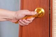 Les portes avec poignées à levier font partie... (123RF/Boris Sosnovyy) - image 4.0