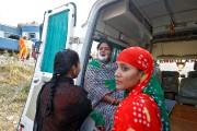 Une femme blessée a reçu les premiers soins... (PHOTO JITENDRA PRAKASH, REUTERS) - image 1.1