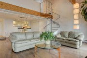 Le salon du vaste appartement de 1216 pi2 se... (Photo fournie par Centris) - image 1.0