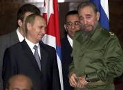 Vladimir Poutine et Fidel Castro en 2000... (AP) - image 3.0