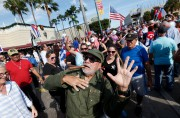 Déguisé en Fidel Castro, Jose Fernandez feint la... (AP, Wilfredo Lee) - image 2.0