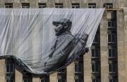 Une bannière géante montrant Fidel Castro en jeune... (AP, Desmond Boylan) - image 7.0
