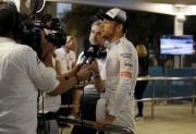 Jenson Button parle aux journalistes après avoirdû quitter... (AP, Luca Bruno) - image 5.0