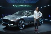 L'actrice Michelle Rodriguez pose devant une Jaguar tout... - image 1.0
