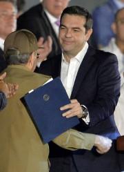 Alexis Tipras serre dans ses bras Raul Castro.... (AFP) - image 2.0