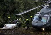 Des policiers et des secouristes évacuent des cadavres... (AFP, Raul Arboleda) - image 2.0