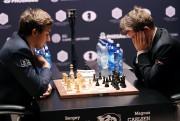 Sergueï Kariakine etMagnus Carlsen (à droite).... (REUTERS) - image 2.0