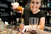 Fanny Gauthier concocte un cocktail avec du caramel... (PHOTO FRANÇOIS ROY, LA PRESSE) - image 2.0